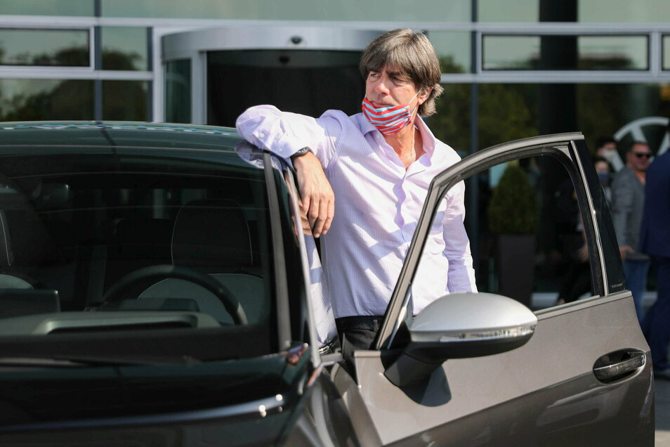 Bundestrainer Joachim Löw, hier bei einem Besuch in der Gläsernen Manufaktur in Dresden, schaffte es am Samstag nicht wie geplant nach Leverkusen. Der Grund: eine Panne auf der Autobahn.