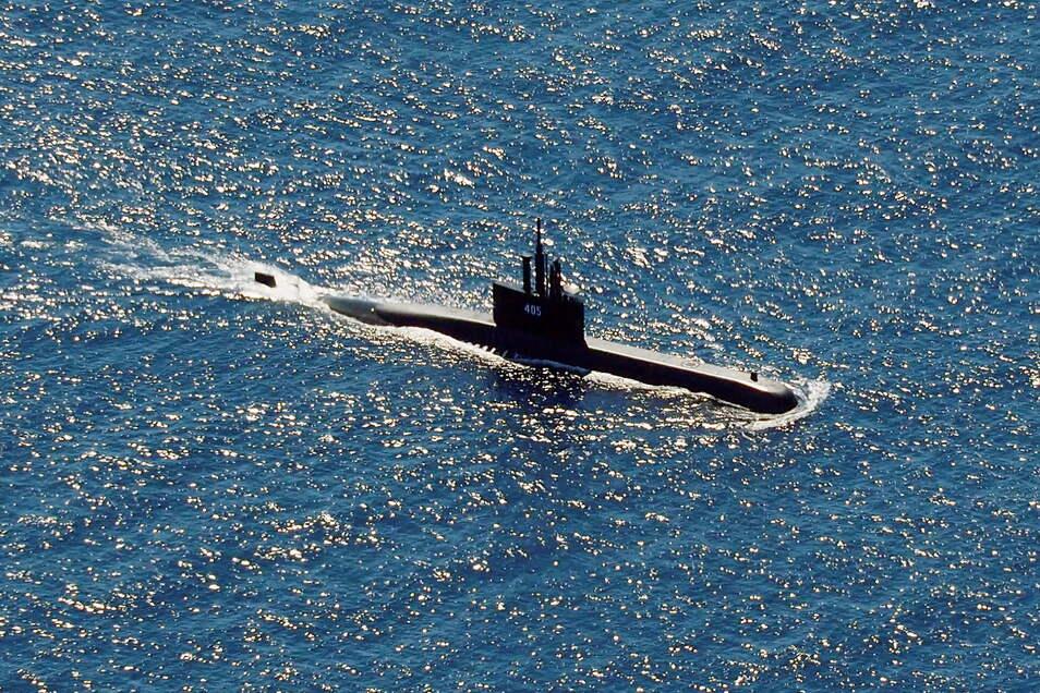 Das U-Boot KRI Alugoro der indonesischen Marine hilft bei der Suche nach KRI Nanggala.