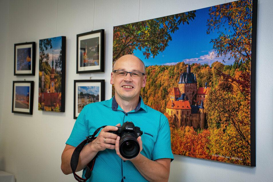 52 Fotos zeigt Matthias Löwe derzeit in seiner Ausstellung in Waldheim. Auf 47 davon sind Motive aus Waldheim zu sehen. Eins entstand an der Talsperre, und auf vier Fotos ist die Burg Kriebstein abgebildet.