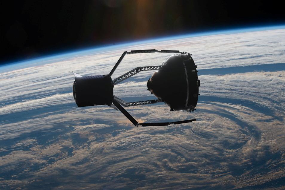 Erstmals soll dieser Satellitenfänger das All aufräumen. Ein außer Kontrolle geratener Satellit wird eingefangen und zum Verglühen in der Atmosphäre gebracht.