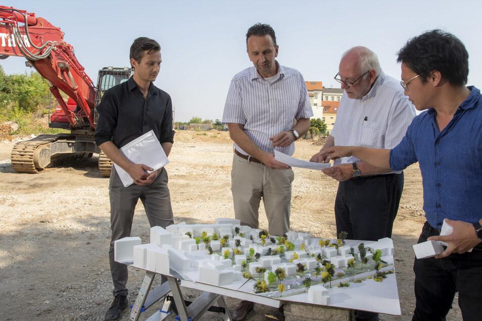 Noch besteht die geplante Siedlung nur als Modell. Doch schon 2020 soll der Bau tatsächlich losgehen: Eigentümer Gunnar Thies (2.v.r.) stellt Riesas Oberbürgermeister Marco Müller (M.) sein Projekt vor – in Begleitung seiner Bauplaner.