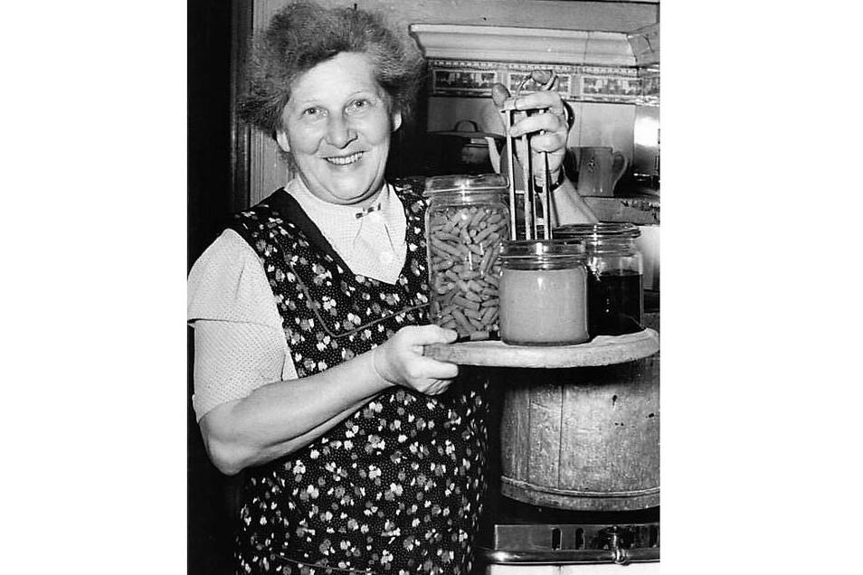 Als das Einkochen Hochkonjunktur hatte: Im August 1954 zeigte eine Hausfrau, mit welcher Gartenvielfalt sie gleich den Einkochtopf befüllen wird.