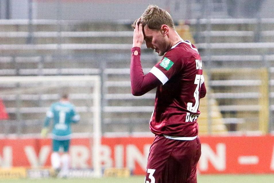Restlos bedient: Christoph Daferner fasst sich nach dem Abpfiff an den Kopf. Kurz vor seinem 23. Geburtstag verliert Dynamo - behält aber die Tabellenführung.