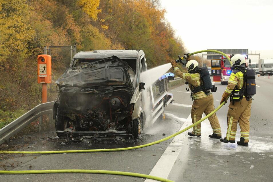 Dieser polnische Autotransporter ging auf der A4 in Flammen auf.