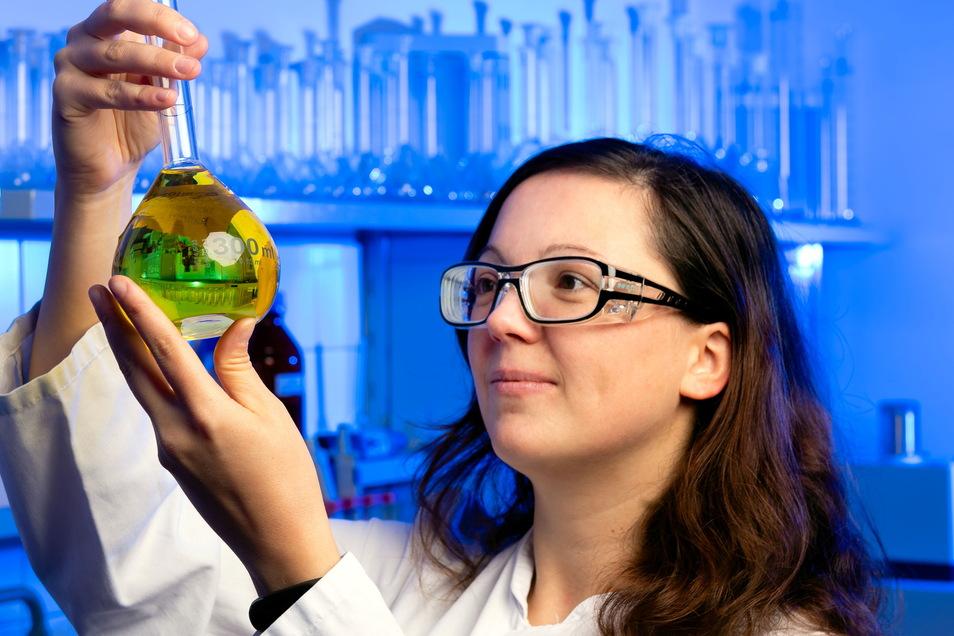 Melanie Janich, wissenschaftliche Mitarbeiterin in den CUP-Laboratorien in Radeberg, und ihre Kollegen haben im Gewerbegebiet an der Pillnitzer Straße ein neues Gebäude bezogen.