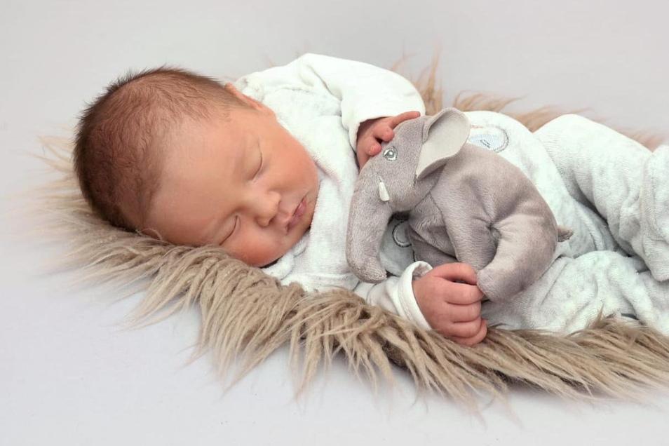 Paul James, geboren am 25. Mai, Geburtsort: Kamenz, Gewicht: 3.170 Gramm, Größe: 48 Zentimeter, Eltern: Susann Pohl und Silvio Steude, Wohnort: Oberlichtenau