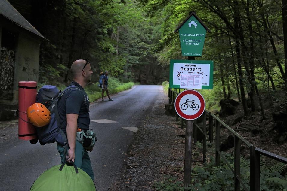 A4-große Zettel an den Eingangsschildern zum Nationalpark verkünden das nächtliche Verbot. Ist das deutlich genug?