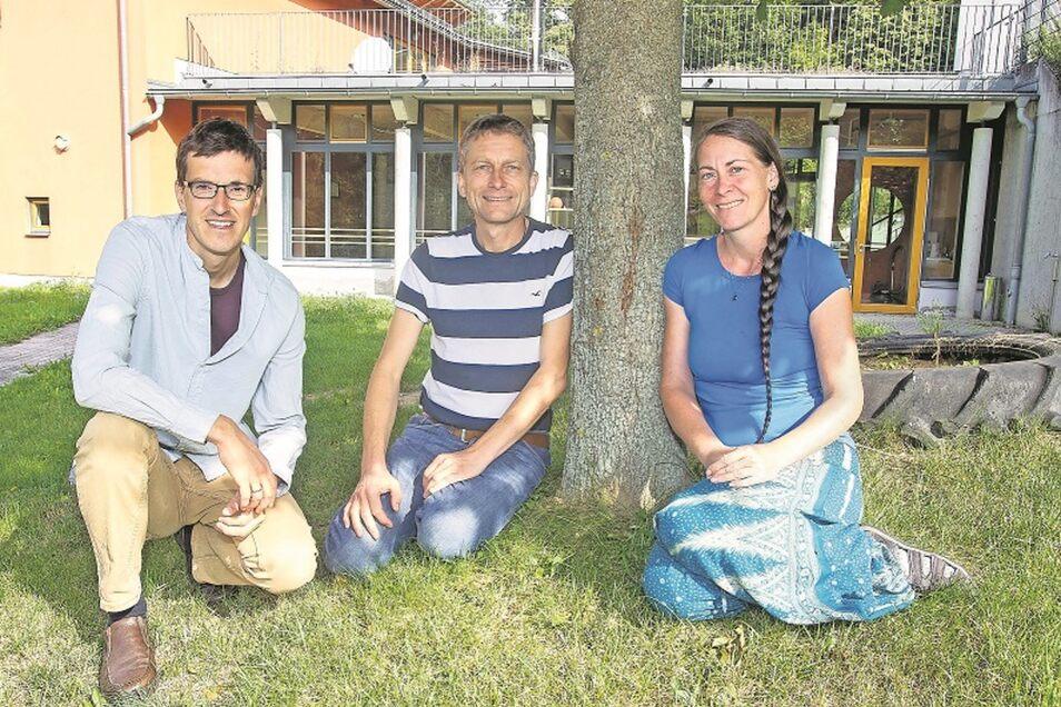 Nochmal Kind sein: Johannes Dietrich, Derk Kagerer und Ines Ulrichsohn (v.l.) vom Lebens-Weise-Lernen-Verein wären das in ihrer geplanten Freien Schule in Langenhennersdorf gern.