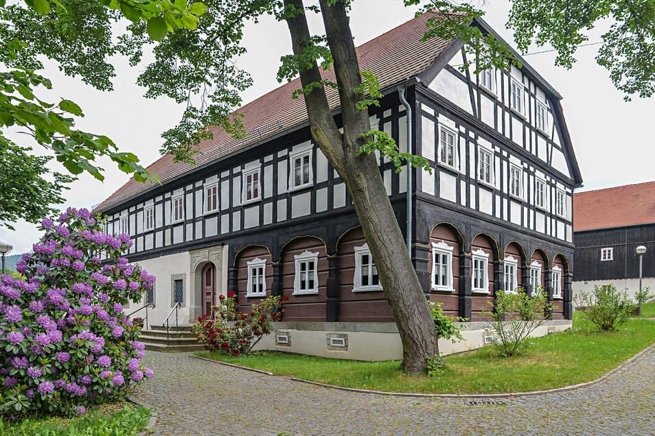 Dieses Umgebindehaus gehört zum Dreiseitenhof am Veranstaltungshaus Blaue Kugel in Cunewalde. Es ist rundum saniert. Andere Exemplare sind dem Verfall preisgegeben.