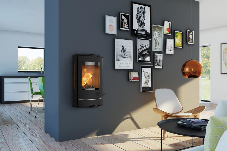 Ein flammendes Kunstwerk an der Wand benötigt keine Stellfläche: Kaminofen Liva 8G von Lotus