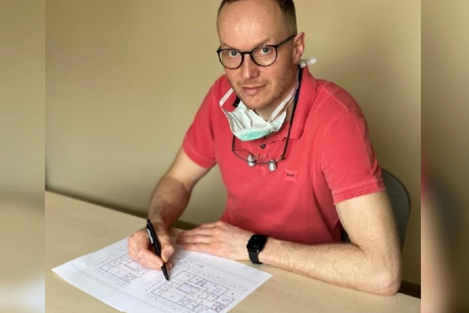 Dr. Sebastian Matauschek mit dem Plan der neuen Praxis, die ab April im Gewerbegebiet Ottokarplatz errichtet werden soll.