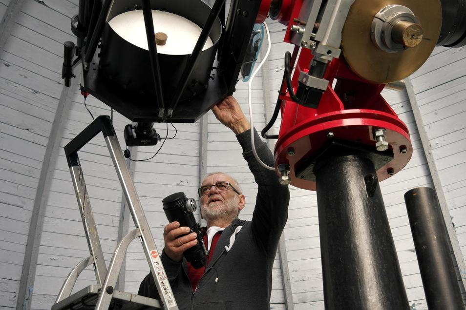 Vereinsmitglied Hans-Dieter Köhler an einem der Spiegelteleskope. Diese können am Sonnabend nicht nur besichtigt werden.