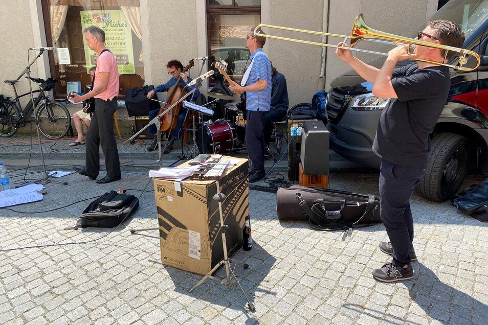 Die Berliner Band Britannia Theatre spielte vor dem Laden ein kleines Konzert.