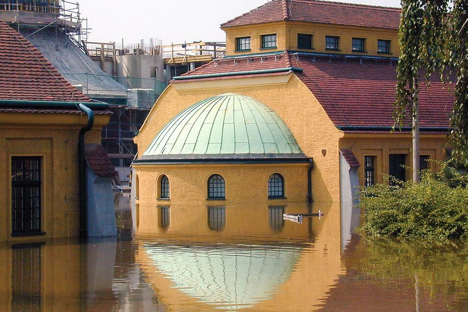 Im Klärwerk geht im August 2002 nichts mehr. In den Fluten spiegeln sich die Konturen des Grobrechen-Gebäudes (l.) und der Siebscheibenhalle.