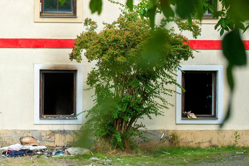 Schauplatz in Görzig im Juli: Im Inneren des Hauses soll der 52-jährige Beschuldigte ein Feuer gelegt haben. Sachen und Bekleidung wurden aus dem Fenster geworfen, um sie vor den Flammen zu retten.