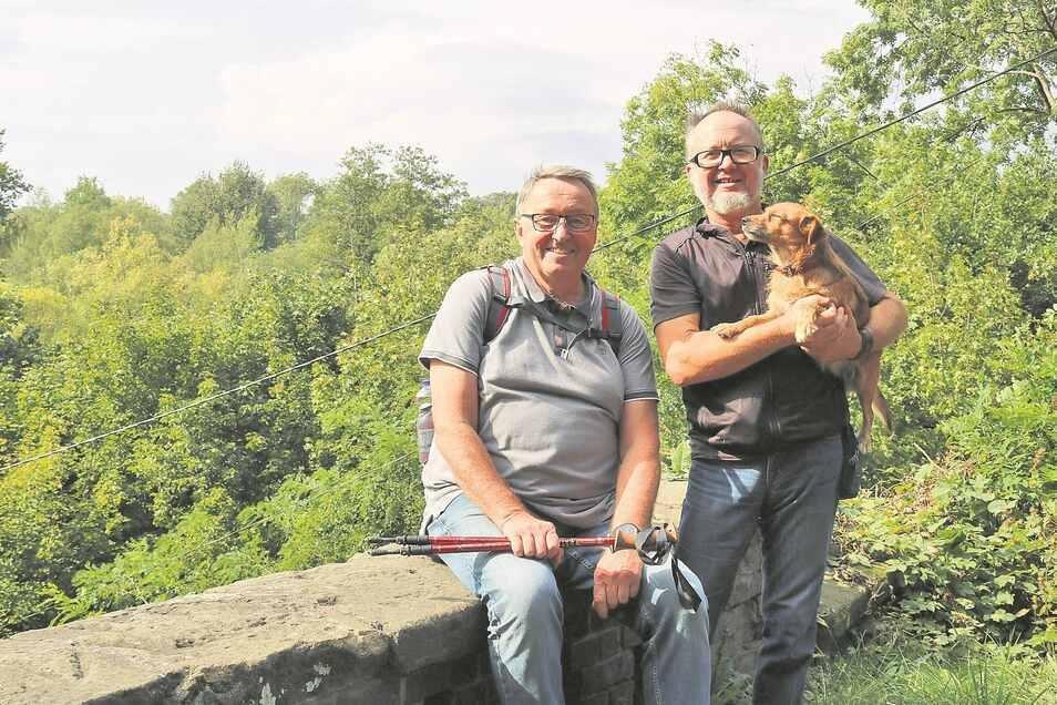 Wilfried Rammelt (links) und Rudolf Kuczyc haben von der Fußgängerbrücke bei Trziniec einen tollen Blick ins Neißetal. Sie wollen Wanderfreunde dorthin locken.