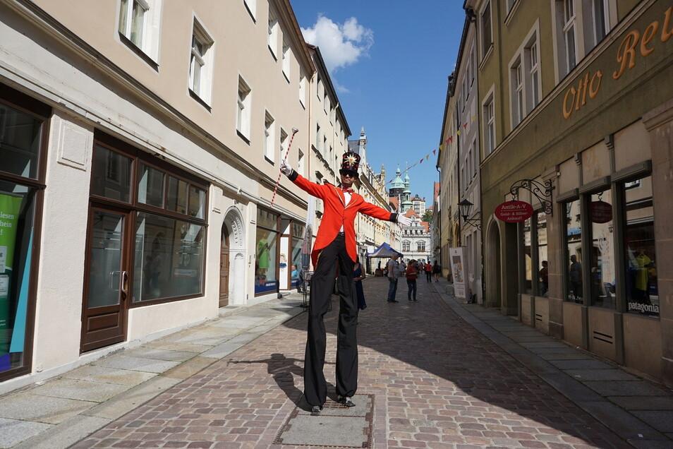 Noch einmal zum Aktionssommer in der Pirnaer Altstadt unterwegs: die Stelzenläufer von Inflammati.