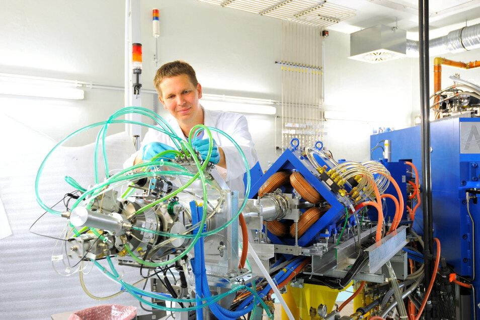In Dresden-Rossendorf betreibt Helmholtz Krebsforschung (hier Dr. Martin Kreller). Das Institut zeigt Interesse an Aktivitäten in Hoyerswerda.