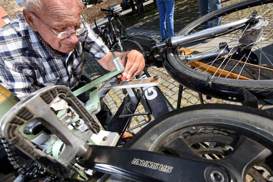 Siegfried Janetzky codiert hier ein Fahrrad.