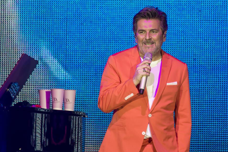 "Ganz in Orange sang Thomas Anders ""You're My Heart, You're My Soul"" und ""Cheri Cheri Lady""."