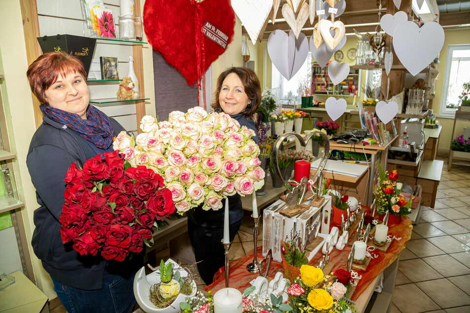 Der Klassiker: Rote Rosen für die Liebste. In der Gärtnerei Miethe in See sind Chefin Sabine Miethe (re.) und Nadine Sonnenberg auf den Valentinstag bestens vorbereitet. Die Masken wurden nur kurz für die Fotos abgenommen.