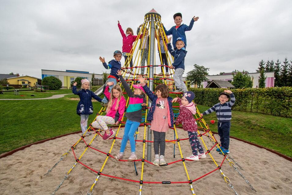 Die Mädchen und Jungen der Kita Pfiffikus in Großweitzschen freuen sich über die neue Kletterspinne auf ihrem Spielplatz.