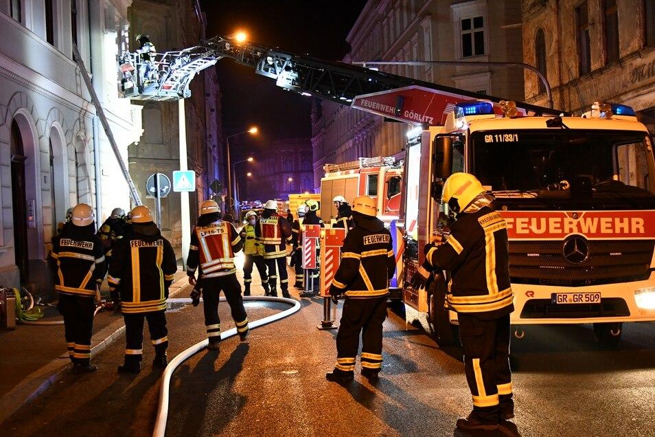 Kameraden der Berufs- und Freiwilligen Feuerwehr Görlitz evakuierten das Mehrfamilienhaus, das völlig verqualmt war.