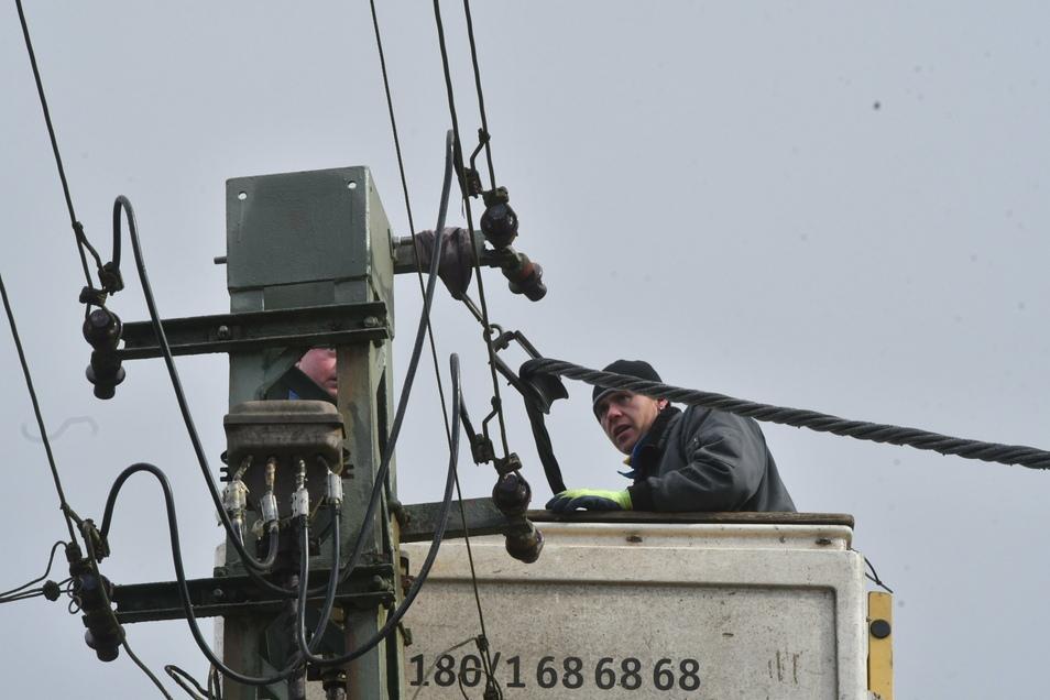 Für Reparaturen am Stromnetz müssen die Mitarbeiter jederzeit einsatzbereit sein, auch im Lockdown.