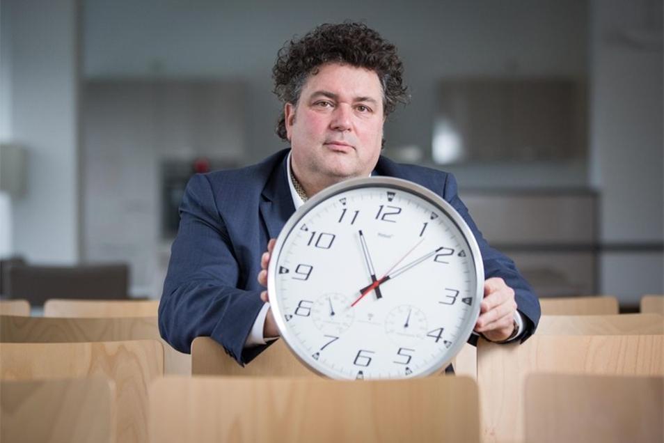 Jürgen Küfner hofft auch im neuen Semester der Volkshochschule auf viele Besucher. Die Zeit ist dabei zentrales Thema. Viele Angebote drehen sich darum. Foto: Sven Ellger