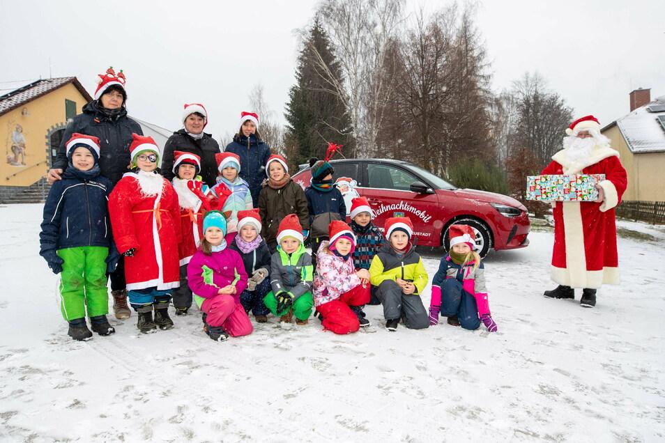 Der Weihnachtsmann Holger Donner trifft die Hohwaldbienen coronabedingt auf dem Spielplatz im Ortsteil Berthelsdorf.