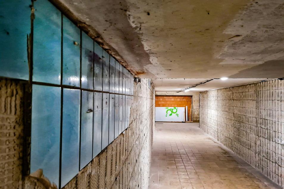 Nur ein kleiner Restbestand der blauen Fliesen ist in der Personenunterführung am Waldheimer Bahnhof noch zu sehen. Auch der wird bald verschwunden sein. Derzeit wird der Tunnel durch die Deutsche Bahn renoviert.