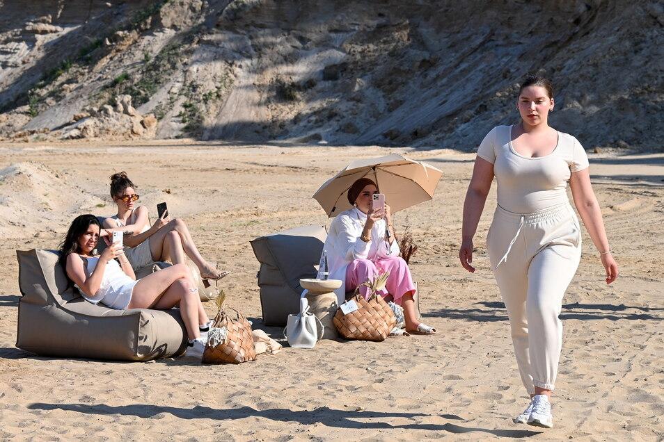 """Ein Model zeigt Mode beim Launch des Modelabels """"a lot less"""" von Lena Meyer-Landrut."""