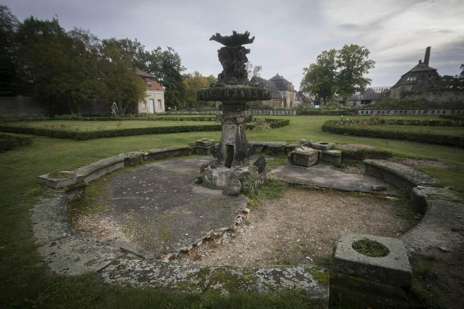 Der mittlere und größte der insgesamt fünf Barockbrunnen im Rosengarten ist als letzter noch nicht saniert. Das soll aber bald passieren.