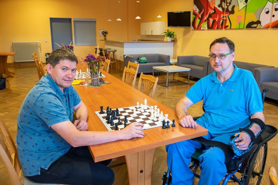 In der Schach-AG im Alberttreff. Hier spielt Kursleiter Sergej Schmidt (l.) in einem offenen Angebot mit Holger Ulpins und Kindern.