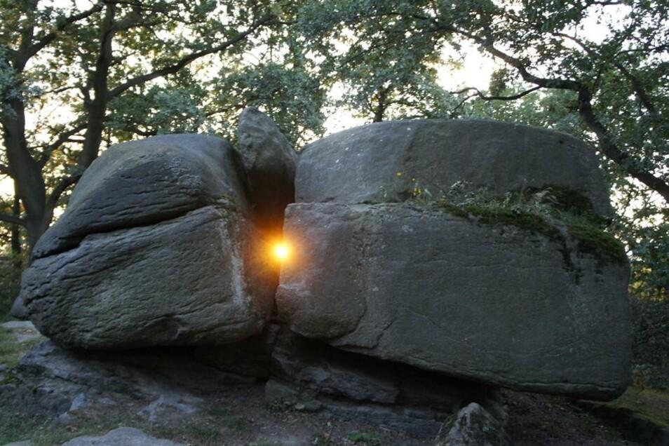 """Ralf Herold aus Sohland ist Hobby-Heimatforscher und Mitbegründer der Arbeitsgruppe Archäoastronomie. Der 56-Jährige ist überzeugt davon, dass unsere Vorfahren Felsen zu """"Kalendern"""" auftürmten. Auch am Teufelsstein bei Pließkowitz hat er das Sonnen-Phänom"""