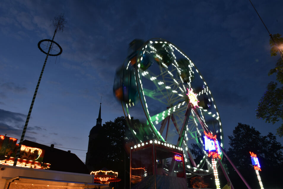 Ein 18 Meter hohes Riesenrad dreht sich auf dem Festplatz.