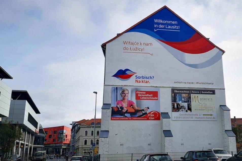 """Eine der Aufgaben der Stiftung für das sorbische Volk ist es, die sorbische Sprache zu fördern. Dieses Ziel verfolgt auch die Kampagne """"Sorbisch? Na klar"""", für die eine Fassade in der Bautzener Innenstadt wirbt."""
