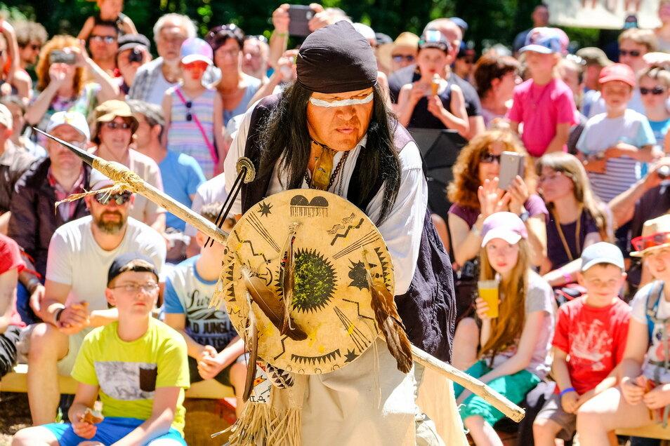 Indianer aus Nordamerika reisen jedes Jahr zu den Karl-May-Festtagen an. 2019 waren echte Apachen aus Arizona dabei, wie der Tänzer im Bild.