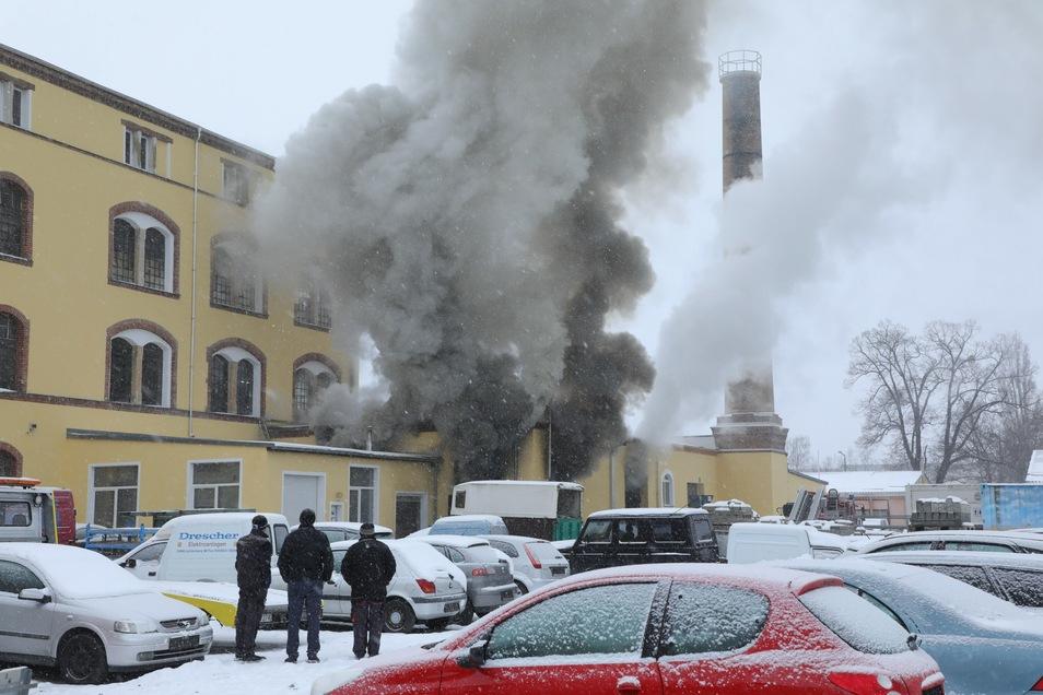 Hier brannte eine Kfz-Werkstatt in Dresden-Niedersedlitz. Anwohner sollen ihre Fenster schließen, der Qualm behindert auch den Verkehr auf der nahen Bismarckstraße.