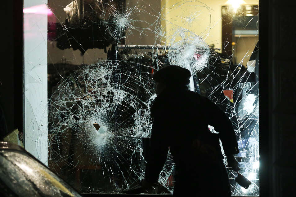 Rechte Chaoten griffen am 11. Januar 2016 in Leipzig zahlreiche Läden und Vereine an, demolierten Autos, schlugen Scheiben ein, es gab auch körperliche Auseinandersetzungen und Brände.
