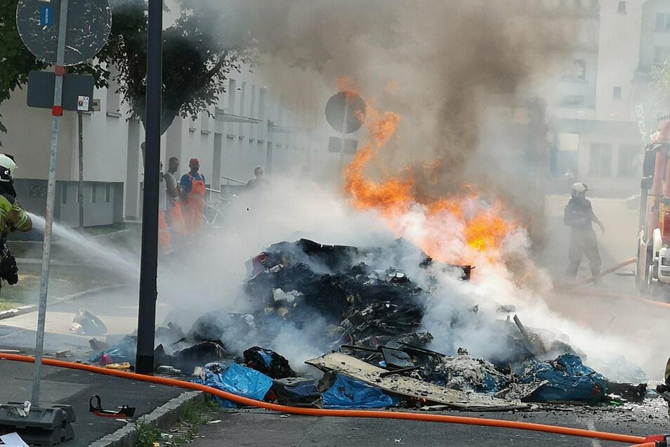 Die Berufsfeuerwehr (Wache Striesen) und die Freiwillige Feuerwehr Niedersedlitz sind derzeit noch im Einsatz, um brennenden Müll in Dresden-Leuben zu löschen.