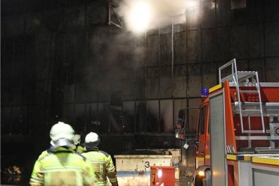 Etwa 70 Einsatzkräfte arbeiteten sich nun nach und nach vor, um überhaupt an den Brandherd zu kommen.