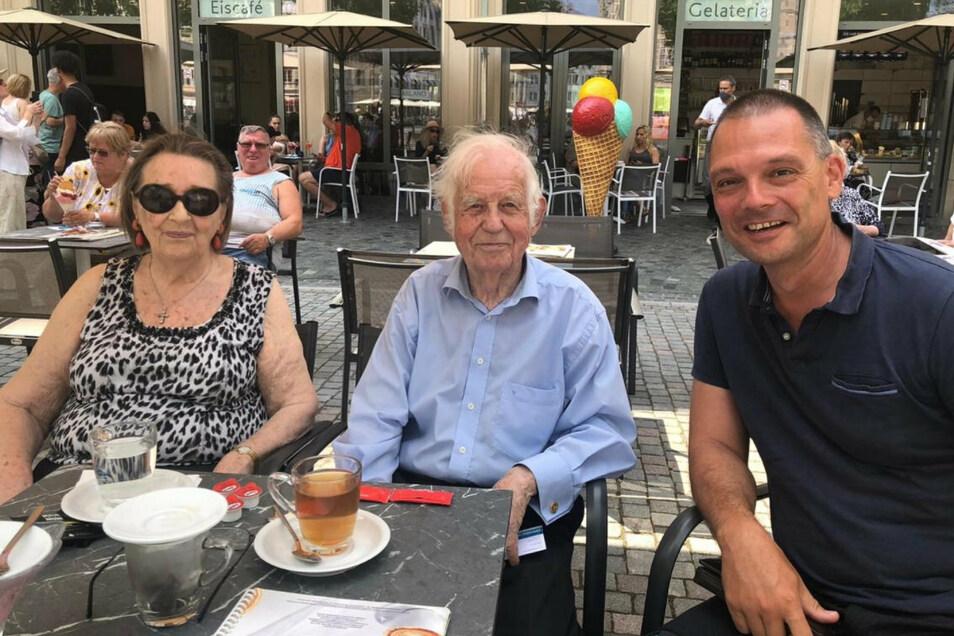 Ralf Hänsel trifft Kurt und Ingrid Biedenkopf in Dresden und lässt sich mit ihnen fotografieren.