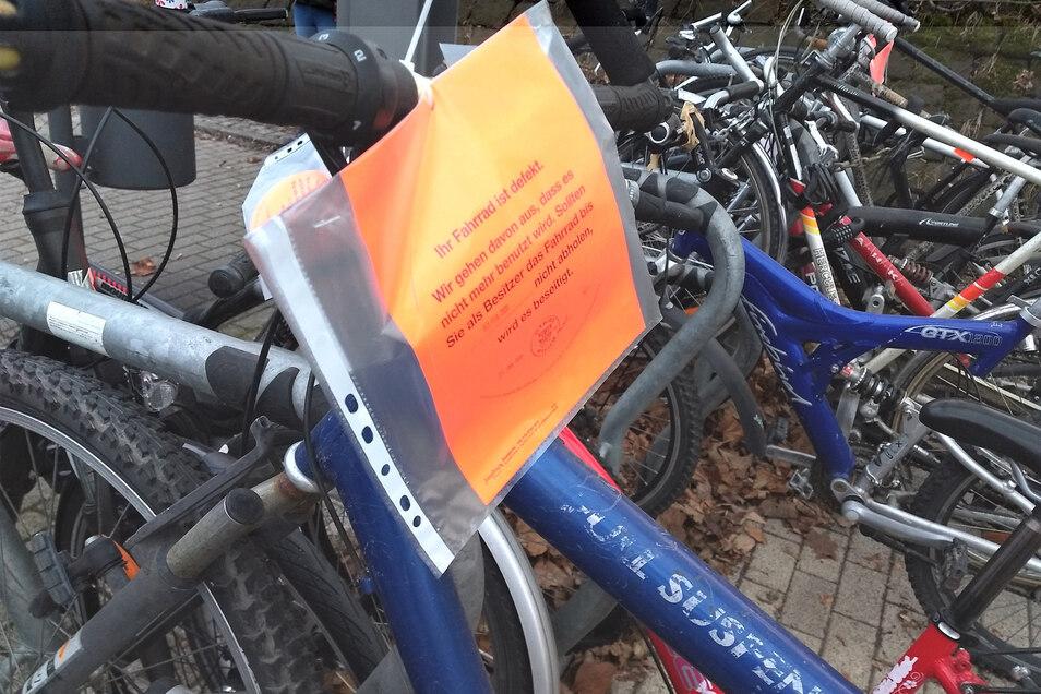 Schrotträder am Pirnaer Bahnhof: Wird das noch gebraucht, oder kann das weg?