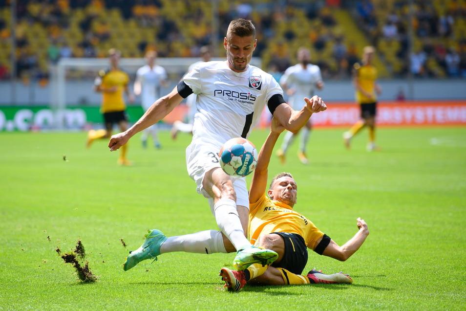 Dynamos Chris Löwe gewinnt gegen den Ex-Dynamo und jetzigen Ingolstädter Stefan Kutschke den Ball.