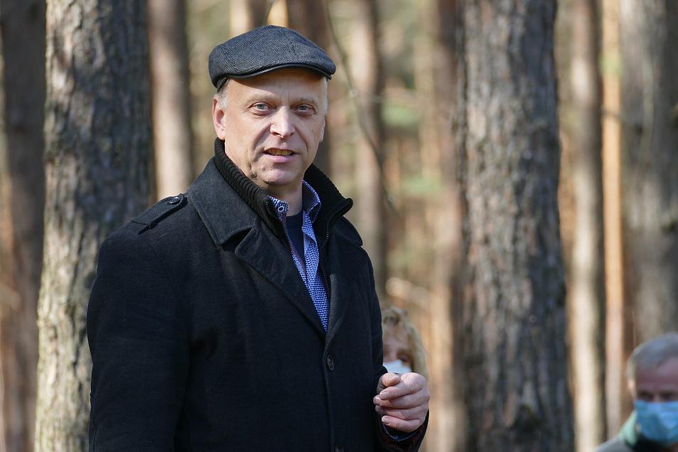 Vorstandsvorsitzender Ulf Lutzens bei einer Begehung im Wald.