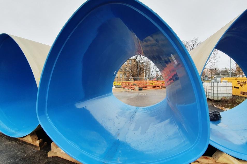 Das sind die glasfaserverstärkten Kunststoffrohre, die in den Kanal eingeschoben werden.