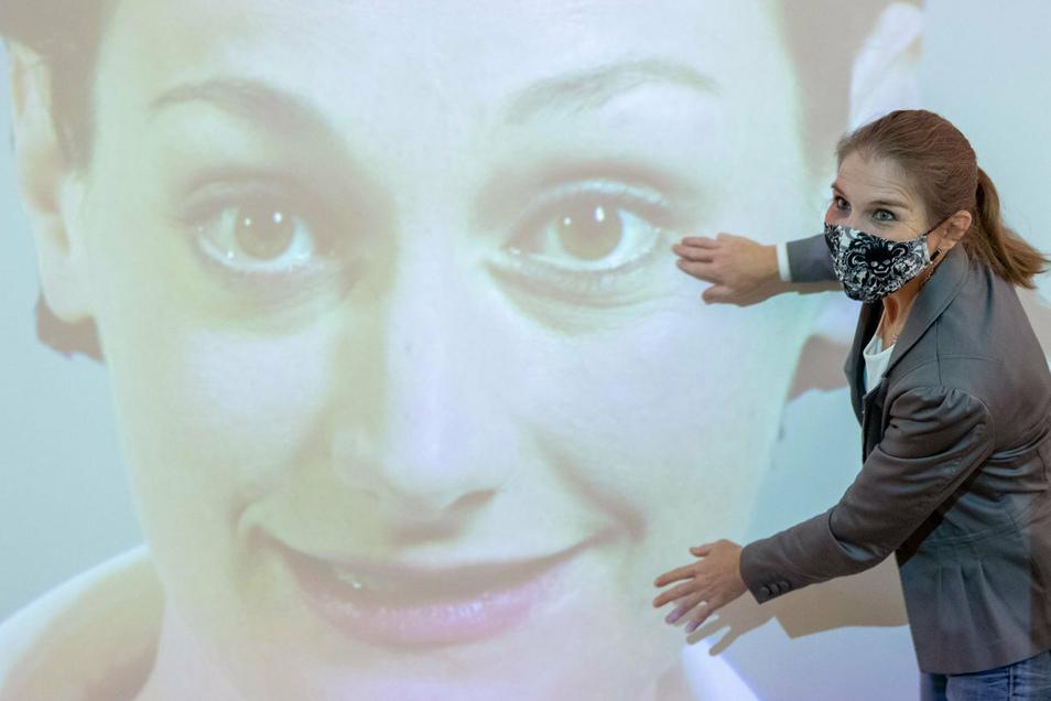 Kommunikation mit Maske ist deutlich anstrengender - weil die Stimme gedämpft ist und die Mimik fehlt, fällt ein Teil der Informationen weg, die unbewusst wahrgenommen wird.