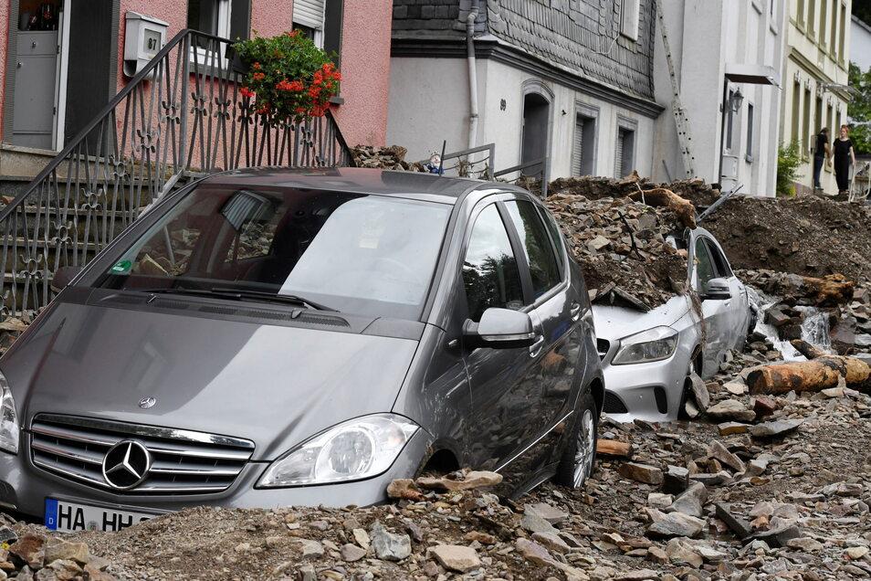 Anwohner im nordrhein-westfälischen Hagen schauen sich die Schäden an, die die Überflutung der Nahmer gestern Abend mit sich gebracht hat.