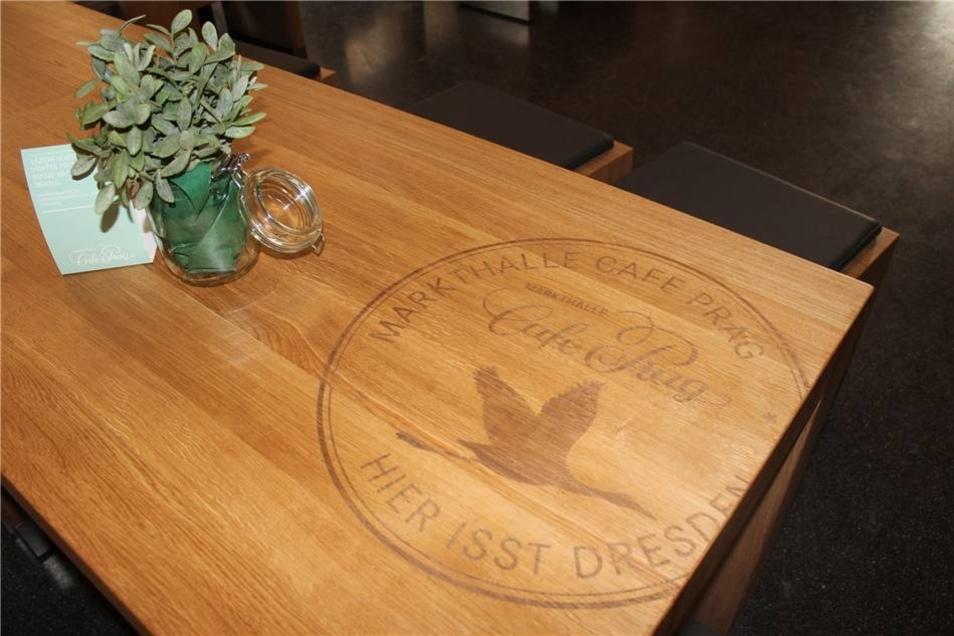 Ein Kranich als Symbol für die Markthalle ist auf den Möbeln ...